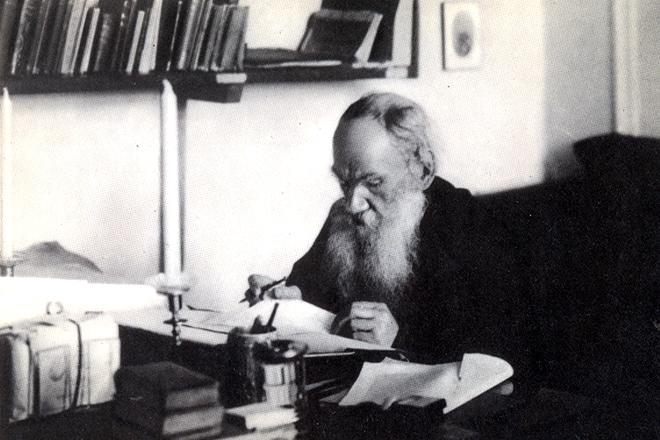 Лев Толстой пишет Войну и мир