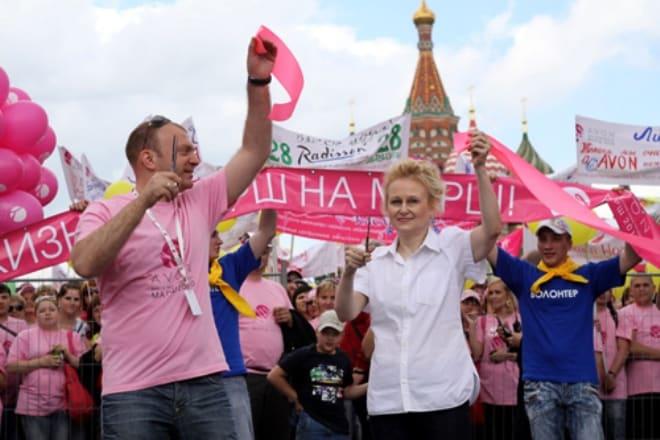 Дарья Донцова на благотворительном марше Вместе против рака груди
