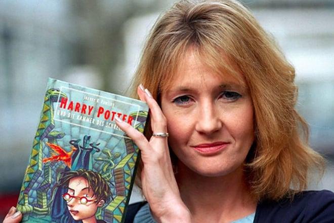 Джоан Роулинг с книгой о Гарри Поттере